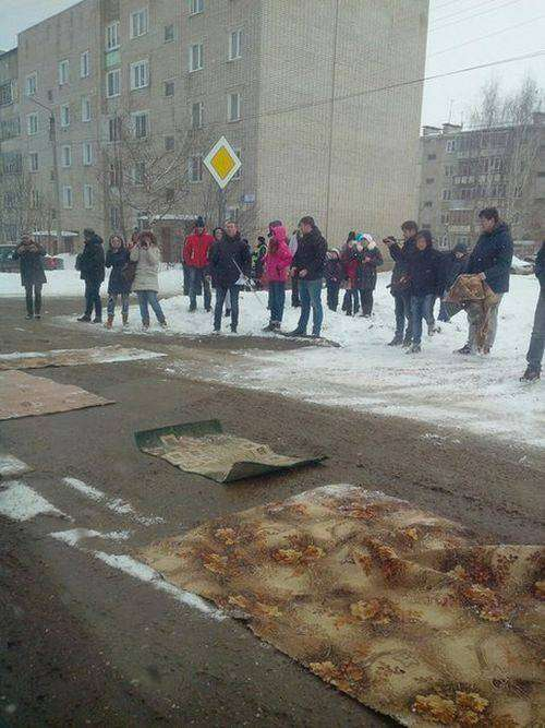 В Кировской области дорожные ямы застелили коврами (3 фото)
