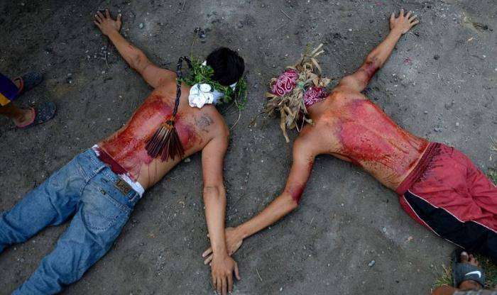Филиппинцев прибили к крестам в честь наступающей пасхальной недели (15 фото)