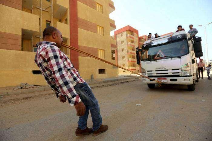 Египтянин жрет гвозди, стекло и приучает к этому своих детей (9 фото)