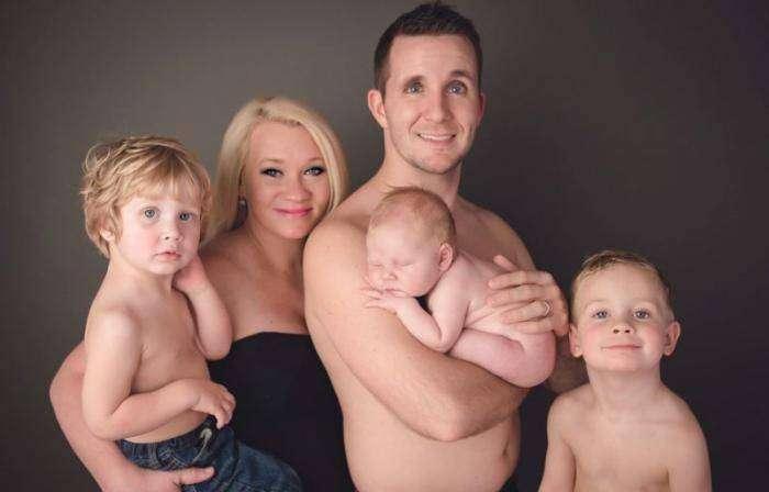Младенец испортил семейную фотосессию струей мочи (3 фото)