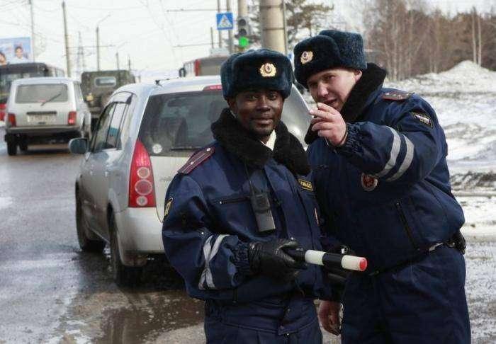 Чернокожий сотрудник ДПС (4 фото)