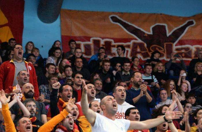 Неспортивное поведение болельщиков на матче «Динамо» - «Галатасарай» (3 фото)