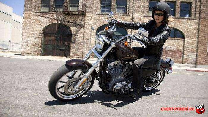 женщина на мотоцикле