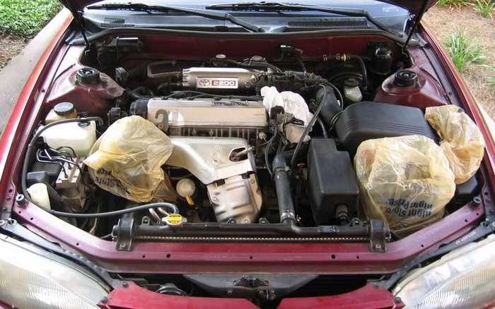 Очистите двигатель мыльным раствором Идеально чистый двигатель будет служить дольше. Прежде чем приниматься за уборку, накройте аккумуляторы, воздухозаборник и дистрибьютор пластиковыми пакетами. Разведите в воде немного моющего средства (обезжириватель тоже хорошо подойдет) и вымойте двигатель мягкой тряпкой. Не забудьте убрать все пакеты, когда закончите помывку.