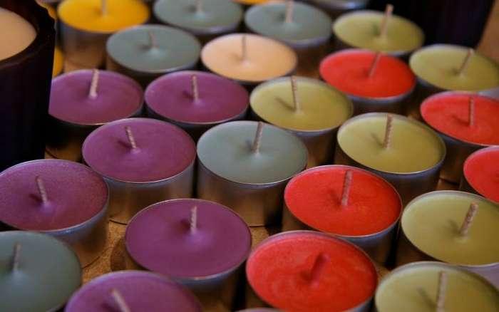 Используйте ароматические свечи вместо освежителя воздуха Поставьте ароматические свечи в незанятый подстаканник в жаркий день. Свечка будет понемногу таять и распространять приятный аромат. Поставьте свечу сначала в стеклянную банку, чтобы растаявший воск не оставил следов в машине.