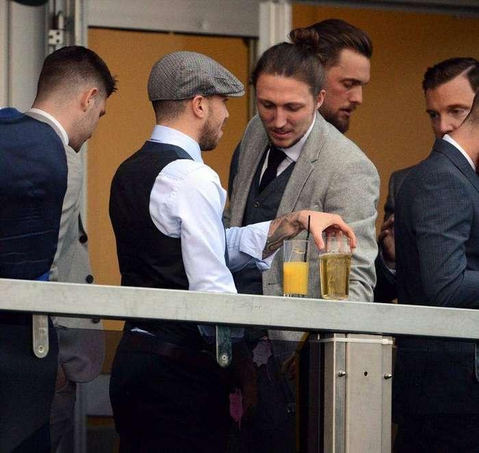 На скачках британские знаменитости мочатся с балкона и показывают всем желающим титьки (10 фото)