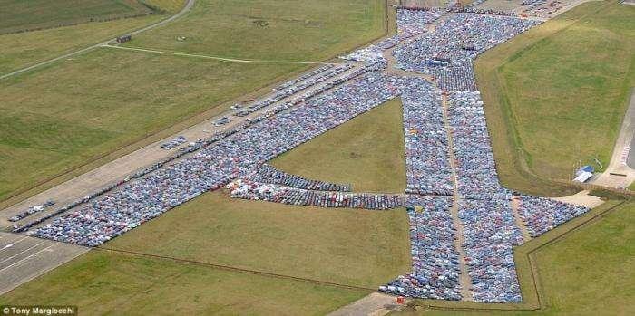 Самая большая парковка (2 фото)