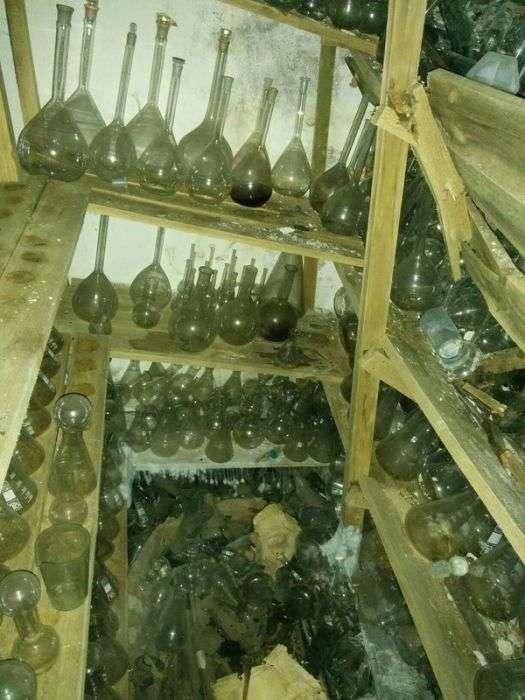 В Санкт-Петербурге обнаружили старый склад химпосуды (12 фото)