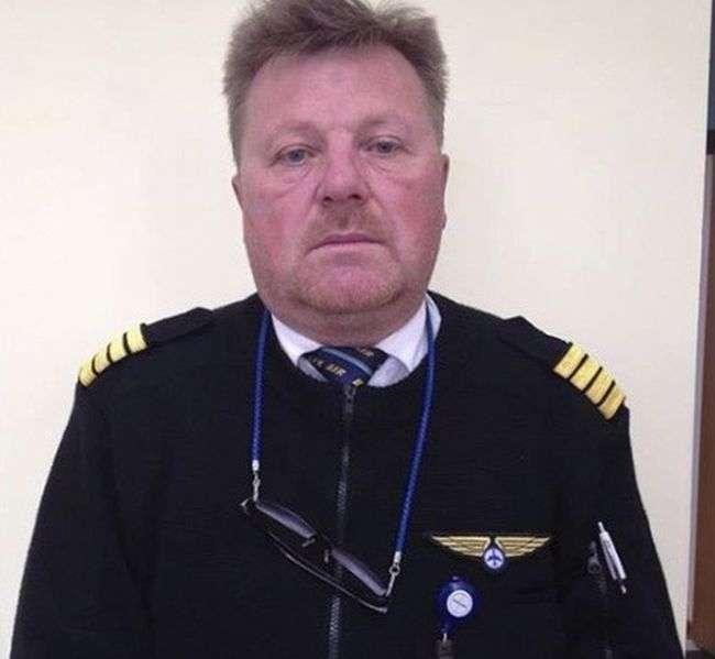 Летчики-герои, благополучно посадившие самолет без переднего шасси (3 фото)