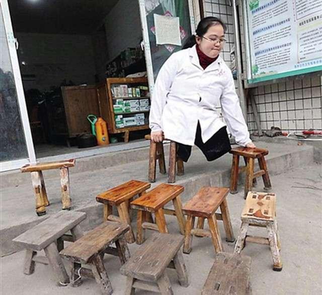 Девушка без ног сносила 30 стульев за 15 лет, работая сельским врачом (13 фото)