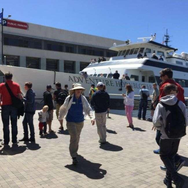 В Сан-Диего круизный лайнер врезался в пристань (4 фото)