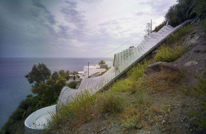 Особняк на побережье в форме морской волны (19 фото)