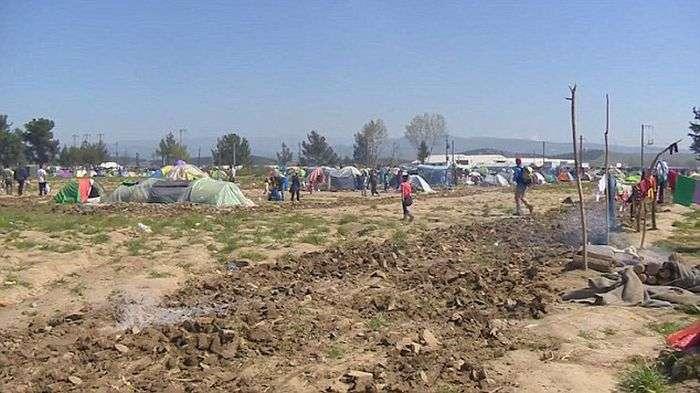 Фермер разрушил лагерь для беженцев, на его земле (9 фото)