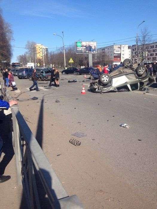 В Кировске пьяный водитель Renault Duster устроил серьезное ДТП (5 фото)