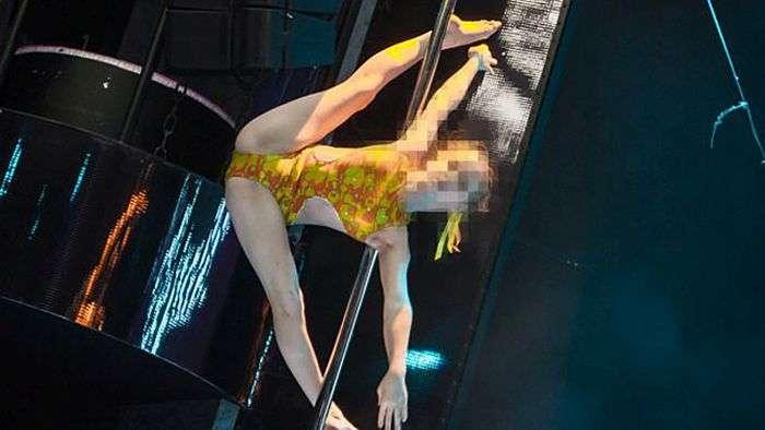 В Хабаровске разгорелся скандал из-за школьниц, танцевавших на шесте (3 фото)