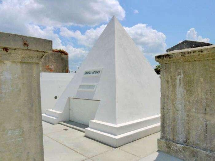 Николас Кейдж прикупил себе могилку с пирамидой (4 фото)