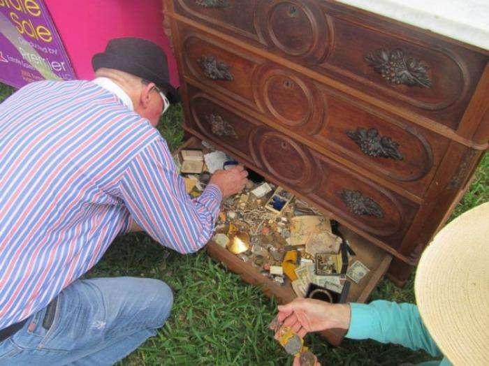 Старьевщик нашел клад в купленном на барахолке туалетном столике (9 фото)
