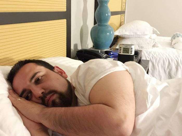 Знаменитый «грустный муж в отпуске» начал улыбаться (19 фото)