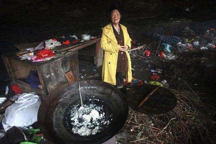 Китаянка три года живет в пещере на рисе и воде (5 фото)