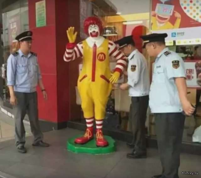В Китае полицейские «арестовали» статую Рональда Макдональда (6 фото)