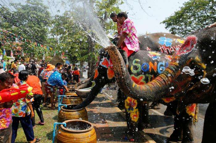 Сонгкран — тайский Новый год (24 фото)