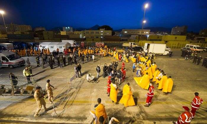 Беженцы стали массово прибывать на Сицилию (26 фото)