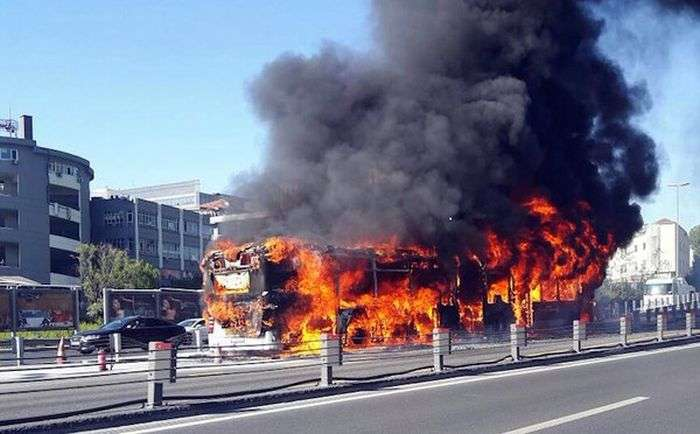 В центре Стамбула сгорел автобус (3 фото)