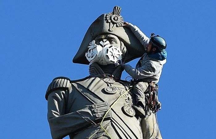 В Лондоне активисты Greenpeace надели респиратор на статую (6 фото)
