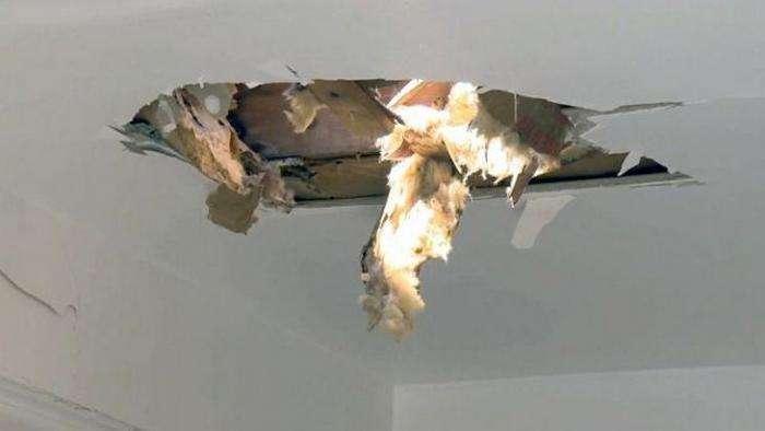 Потолок кухни пробило отвалившееся колесо самолета (4 фото)