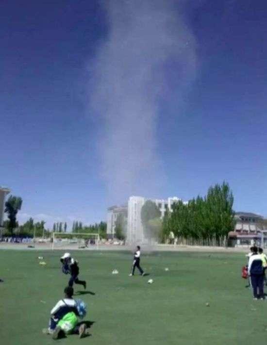 Песчаный смерч на школьном стадионе в Китае (4 фото)