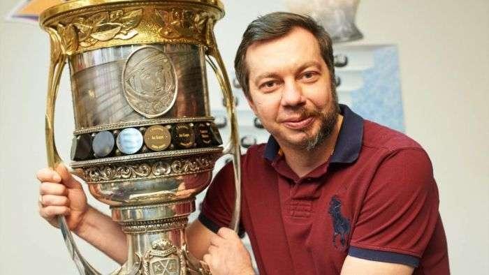 Тренер хоккейного клуба «Металлург» побрил половину лица (2 фото)