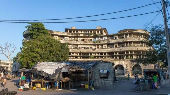Заброшенная гостиница стала домом для 3500 человек (15 фото)