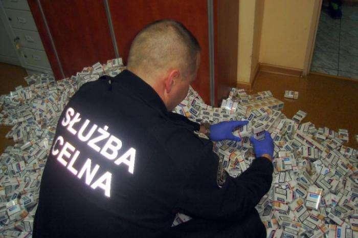 Польские контрабандисты промышляют сигаретами (16 фото)