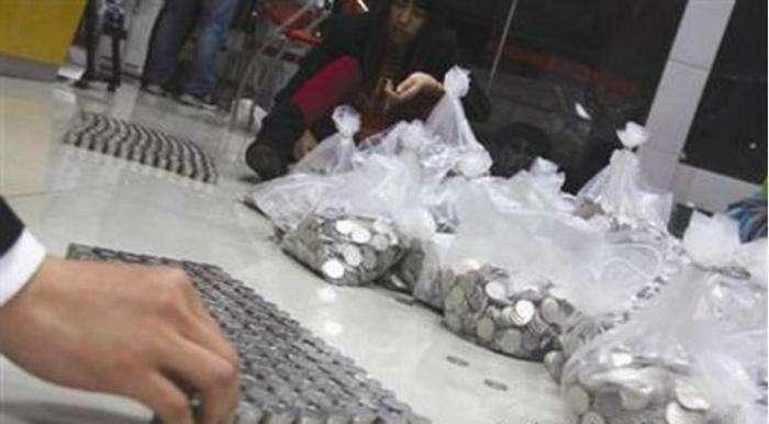 Китаец распотрошил копилку и пришел покупать грузовик (3 фото)