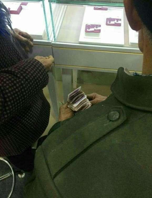 Дворник купил 80-летней возлюбленной кольцо с бриллиантом (7 фото)