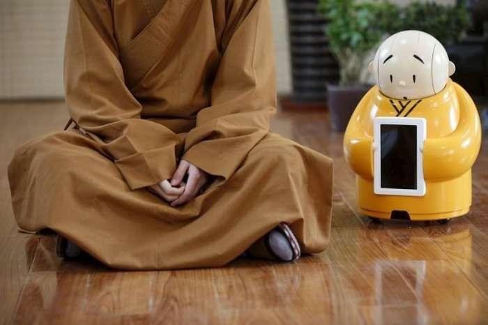 Робот-монах в буддийском храме (10 фото)