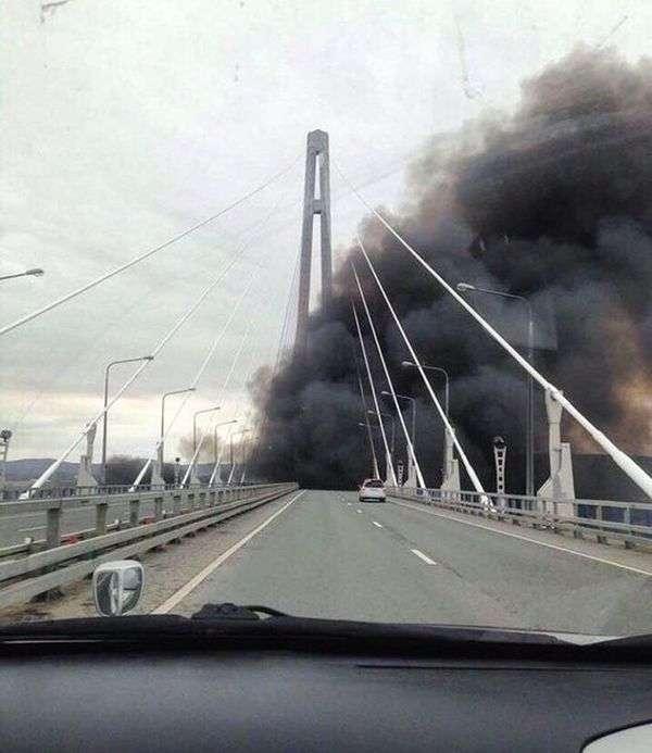 Военный корабль проявил себя во Владивостоке (4 фото)