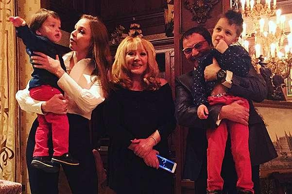 Дмитрий и Полина Дибровы с сыновьями поздравили Аллу Пугачеву с 67-летием