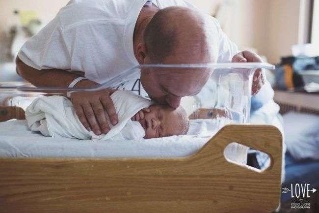 10 душераздирающих фотографий отцов с новорожденными детьми