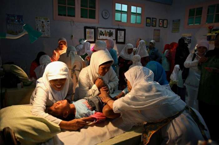 Обрезание девочек в Индонезии