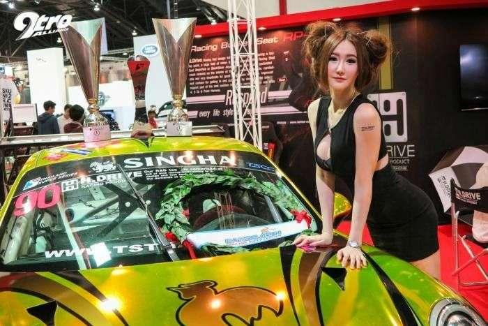 Девушки в автосалоне Бангкока