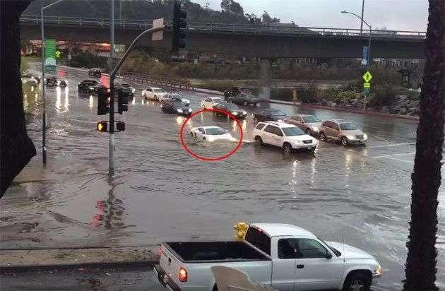 Lamborghini форсирует реку: наводнение в Сан-Диего