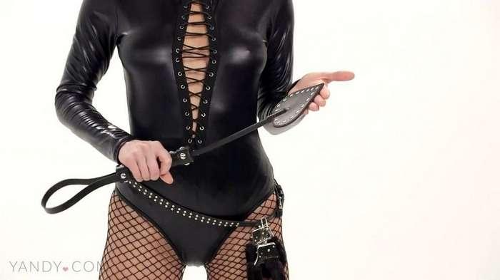 Сара Андервуд в фотосессии в белье