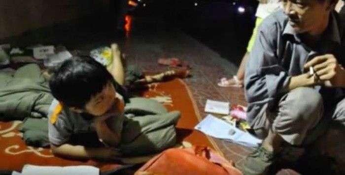 Бездомный воспитал девочку, которую мать выбросила на помойку