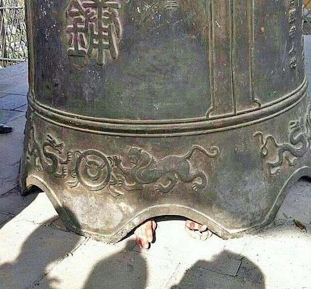 Китайский турист остался чудом жив после того, как во время экскурсии в буддийском храме китайской провинции Шаньдун на него сверху упал огромный колокол  авария, дтп, животные, история, родился в рубашке