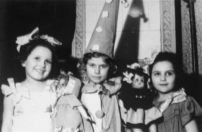 Они не успели наиграться в куклы