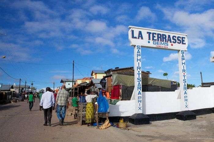 Как добывают и продают нелегальные драгоценные камни на Мадагаскаре