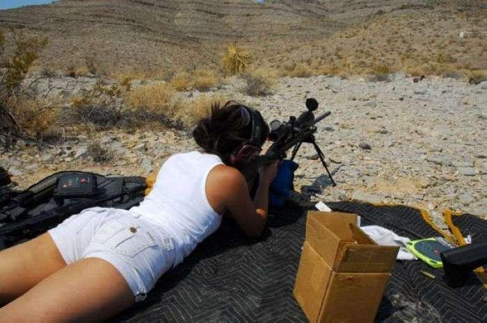Девушки в форме и при оружии