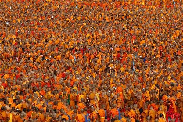 Более 100 тысяч буддийских монахов и послушников собрались в храме Ват Пхра Дхаммакая на событие, «которое бывает раз в жизни».