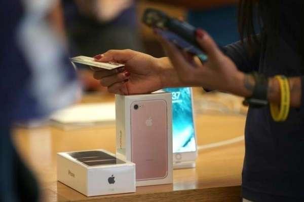 В Китае 20 парней подарили девушке iPhone 7, и она купила на них дом.